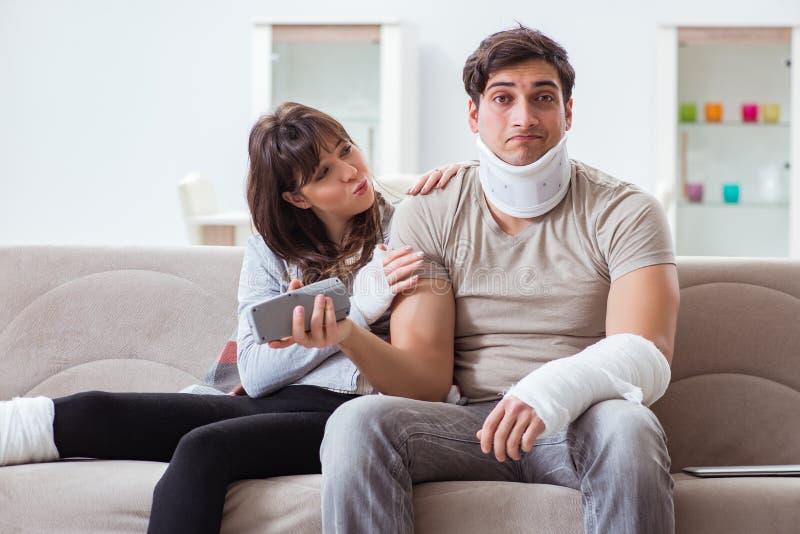 De verwonde familie van vrouw en echtgenoot die thuis terugkrijgen stock afbeeldingen