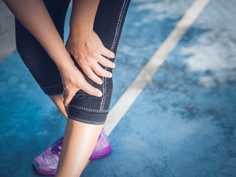 De verwonding van de de sportknie van de close-upagent Vrouw in pijn terwijl het lopen royalty-vrije stock foto's