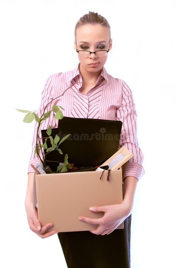 De verworpen werkende vrouw met een doos stock foto's