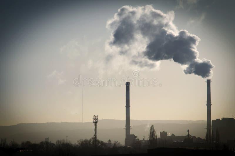 De verzadigde rook komt uit een pijp royalty-vrije stock fotografie