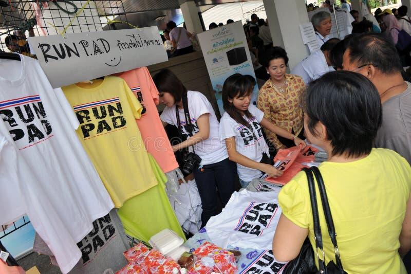 De Verzameling van het geel-overhemd in Bangkok stock afbeelding
