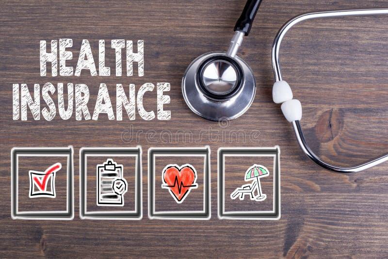 De verzekering van de gezondheid Stethoscoop op houten bureauachtergrond royalty-vrije stock foto's