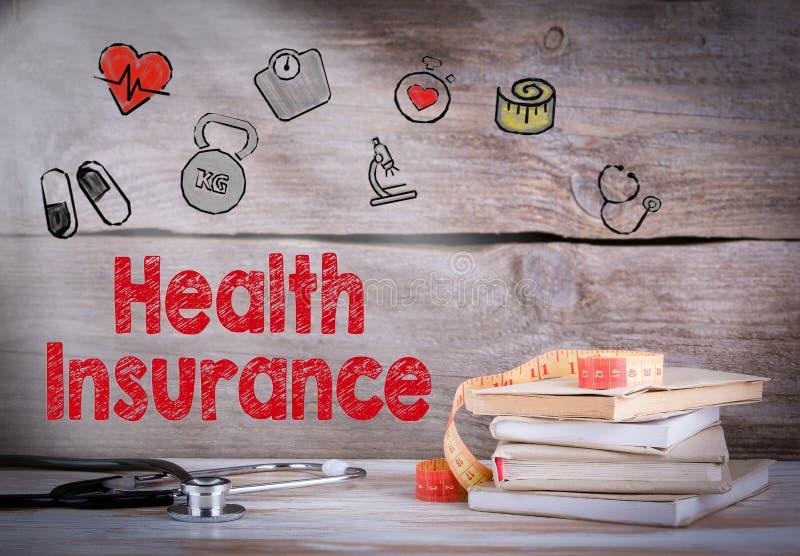 De verzekeringsconcept van de gezondheid Stapel boeken en een stethoscoop op een houten achtergrond stock foto's