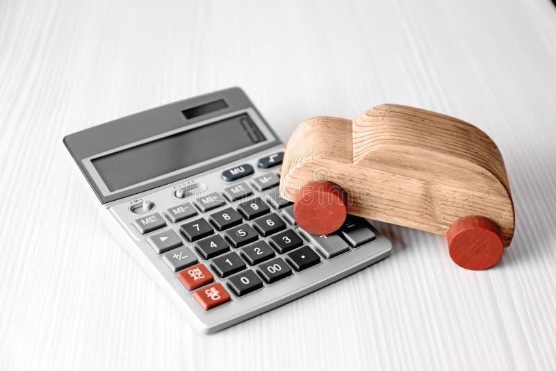 De verzekeringsconcept van de gezondheid Stuk speelgoed auto en calculator stock fotografie