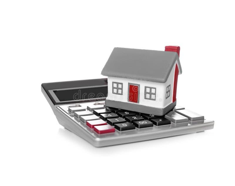 De verzekeringsconcept van de gezondheid Stuk speelgoed huis met calculator stock foto