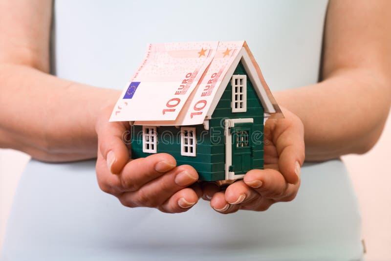De verzekeringsconcept van het huis met euro bankbiljetten royalty-vrije stock afbeeldingen