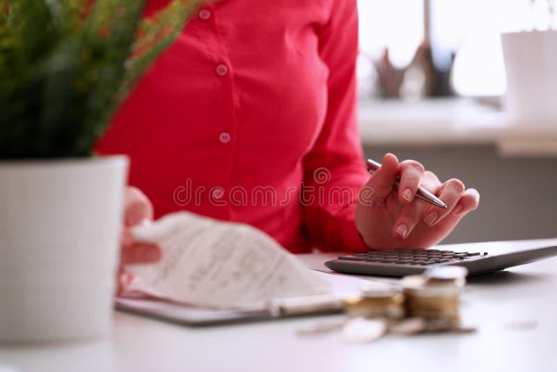 De Verzekeringswinst van dokterswoman calculating medicine stock afbeeldingen