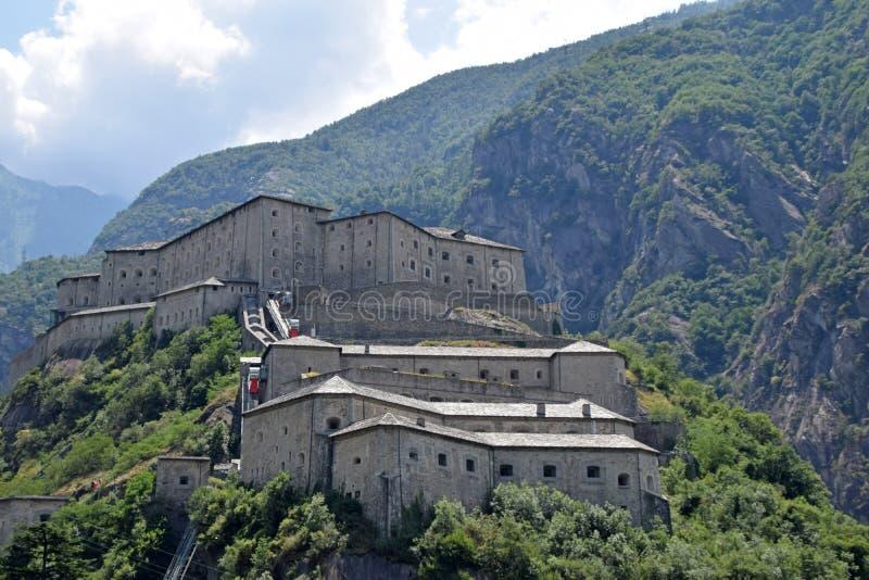 De vesting-gevangenis van het dorp van Bard in Aosta-Vallei in Italië royalty-vrije stock fotografie