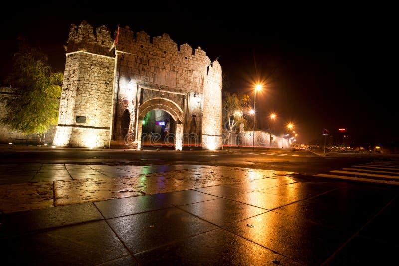 De vesting van de ottomanestijl en nachtstraat stock foto