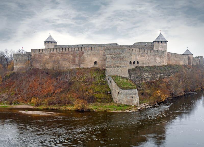 De vesting van Ivangorod bij de rivier Narva. stock fotografie