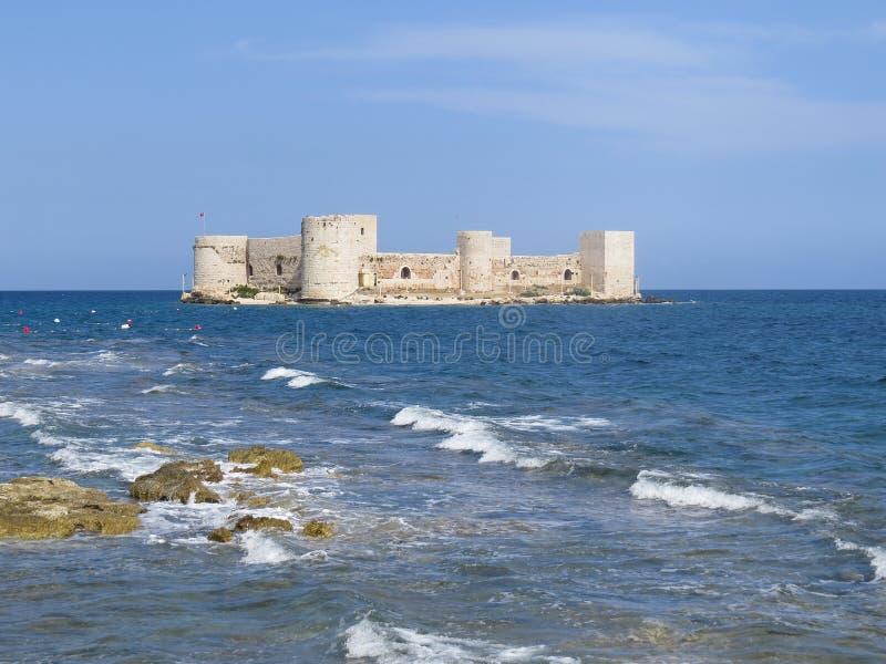 De vesting van Kizkalesi, of het Meisje, worden gevestigd over 200 meters van de kust in het midden van het overzees op een klein royalty-vrije stock fotografie