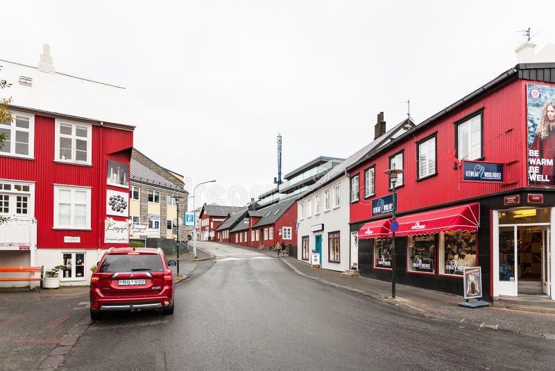 De Vesturgata da rua baixa dentro da cidade de Reykjavik imagem de stock