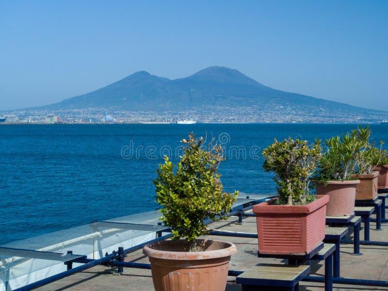 De Vesuvius Volcano Mountain, zoals die van de strandboulevard van Napels, Italië wordt bekeken stock foto
