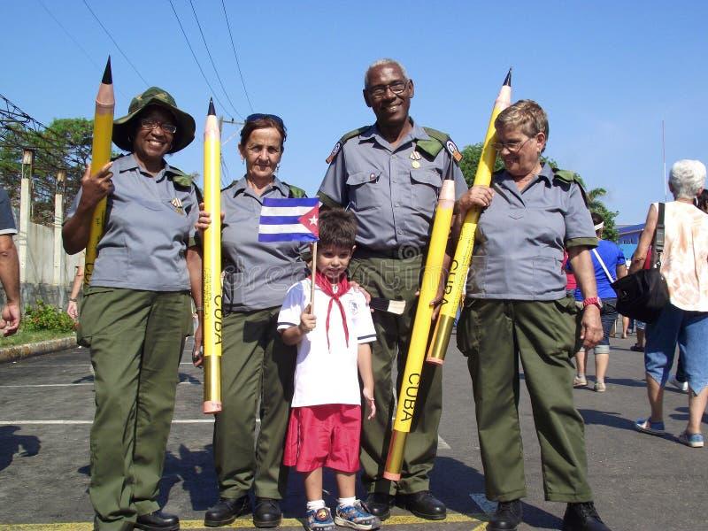 De veteranen in uniform van Cubaanse Geletterdheid voeren en een Cubaanse pionier in Meidag maart een campagne stock afbeelding