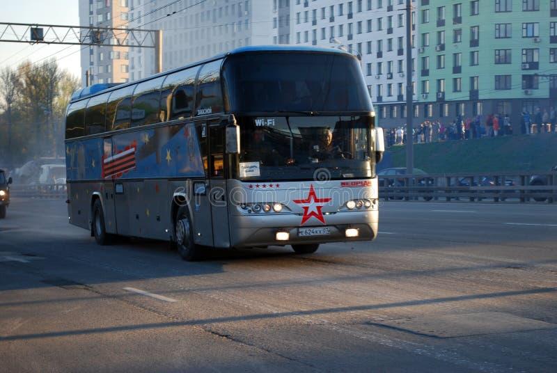De Victory Day-paraderepetitie voor 9 Mei De bus met militairen gaat op de stadsstraat als deel van een kolom van militaire equip royalty-vrije stock fotografie