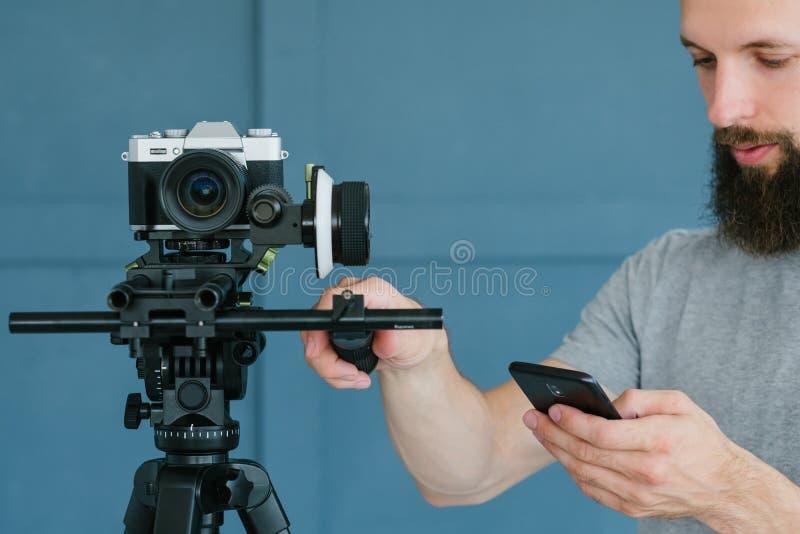 De video het schieten controle van de het materiaaltelefoon van de mensencamera stock afbeelding