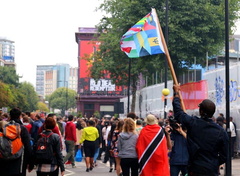 De videocamera van de journalistholding registreert de mens met vlag stock foto