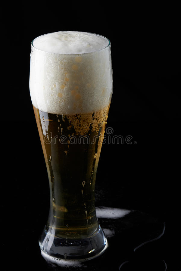 De vidro completamente com cerveja imagem de stock