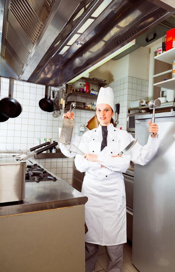 De vier-bewapende Keuken van Chef-kokstanding in commercial stock fotografie
