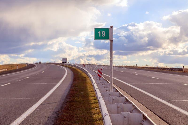 De vierbaansweg met een het verdelen strook in het midden draait links stock afbeeldingen