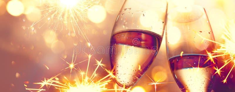 De Viering van Kerstmis Fluiten met fonkelende champagne royalty-vrije stock afbeeldingen