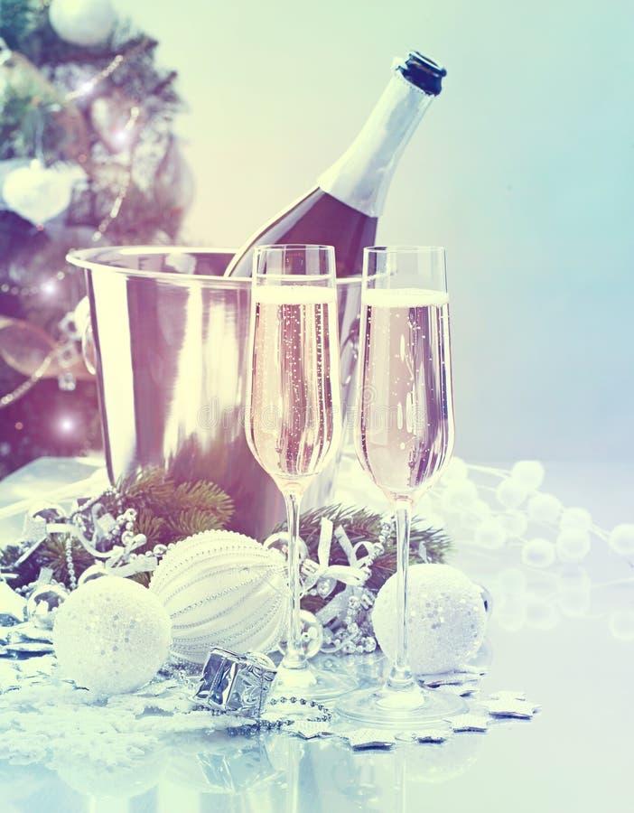 De Viering van Kerstmis Twee fluiten en fles champagne over verfraaide Kerstboom stock foto's