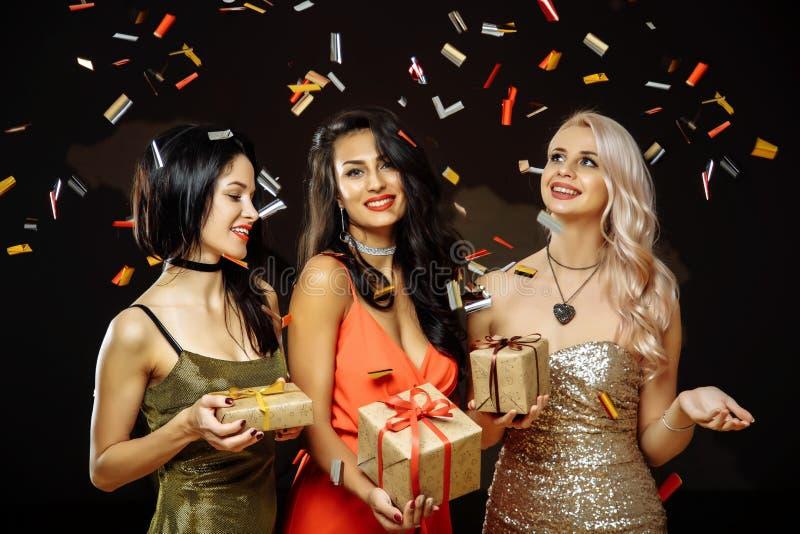 De Viering van Kerstmis Vrienden met Kerstmisgiften Nieuwe jaarpartij royalty-vrije stock fotografie