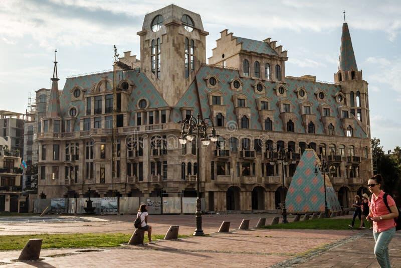 De Vierkante Bouw van Europa met Kleurrijke Architectuur stock afbeeldingen