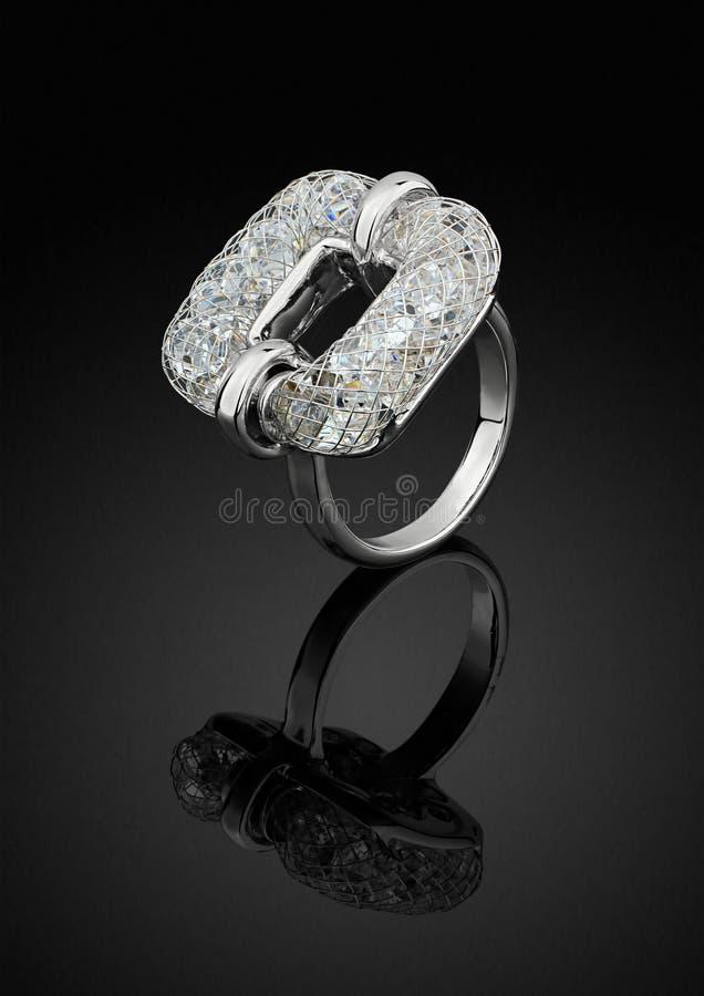 De vierkante die vorm van de juwelenring met diamanten op zwarte, het knippen weg wordt ge?soleerd royalty-vrije stock fotografie