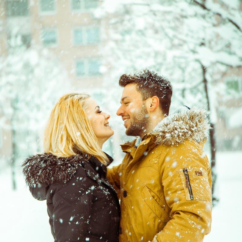 De vierkante foto van betrothed paar die in liefde elkaar bekijken a royalty-vrije stock afbeelding
