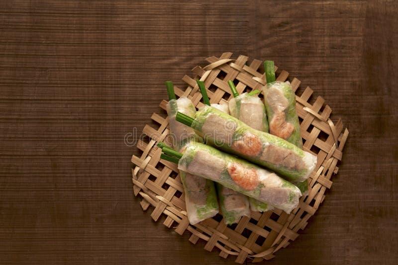 De Vietnamese lente rolt - rijstpapier, sla, salade, vermicelli, noedels, garnalen, groenten royalty-vrije stock afbeelding