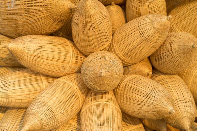 De Vietnamese traditionele de valachtergrond van bamboevissen tegen cultuurgebied op achtergrond in bloem schikt royalty-vrije stock foto