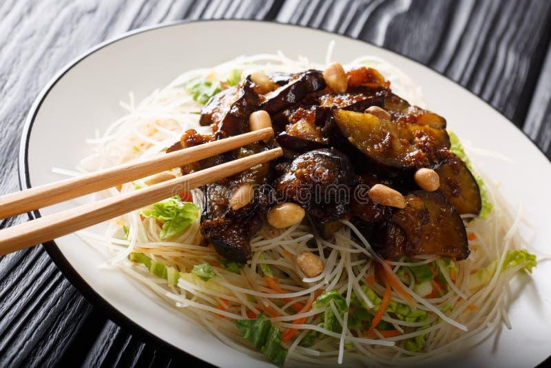 De Vietnamese vermicelli van de stijlrijst met groenten en gekarameliseerd auberginesclose-up op een plaat horizontaal royalty-vrije stock afbeelding