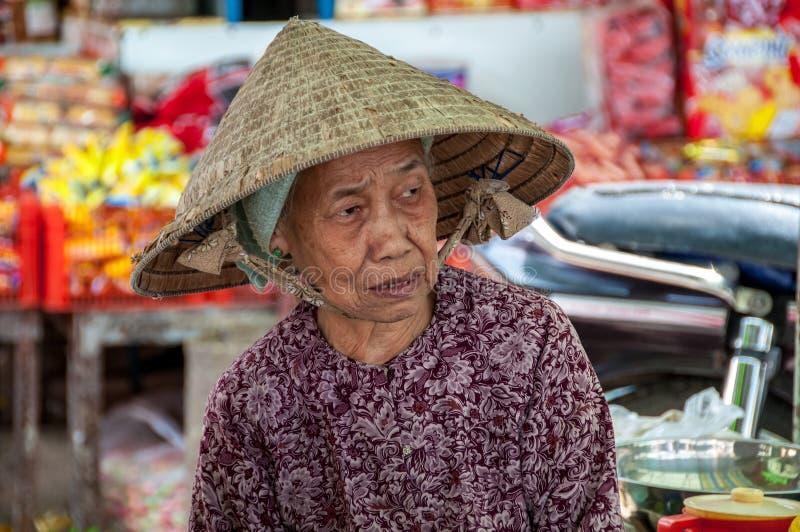 De Vietnamese vrouw kan binnen Tho op de markt brengen royalty-vrije stock afbeeldingen