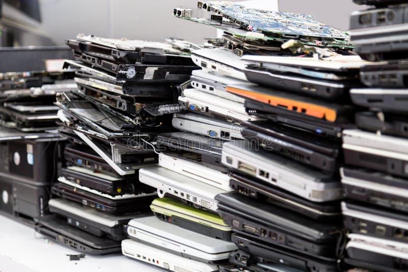 De vieux, cassé et obsolète ordinateur portable de pile pour la réparation images libres de droits