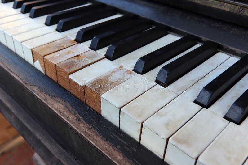 De vieux, cassé et poussiéreux de piano clavier de détail images libres de droits