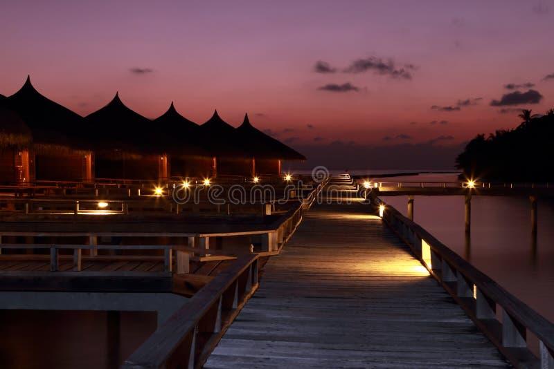 De villa's de Maldiven van het zonsondergangwater royalty-vrije stock foto's