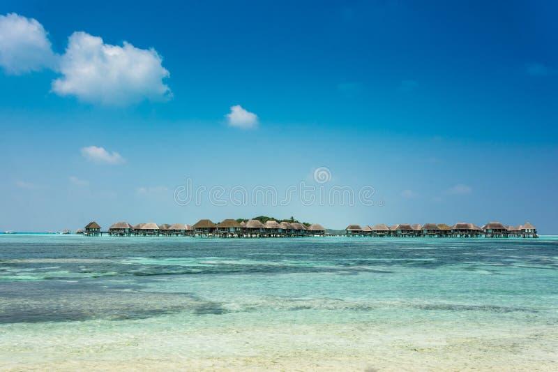 De Villa's van het water in de Oceaan maldives stock afbeeldingen