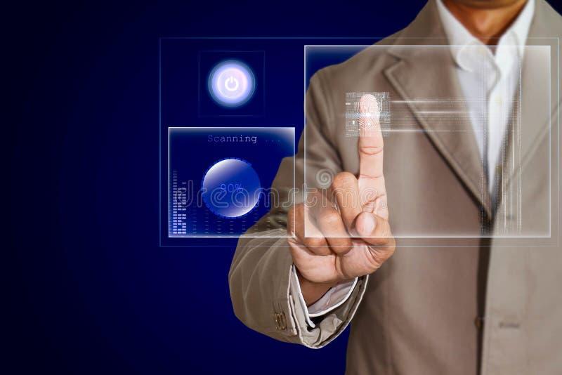 De vingerafdruk van het zakenmanaftasten op het transparante scherm, futuristisch biometrisch veiligheidssysteemconcept royalty-vrije stock afbeelding