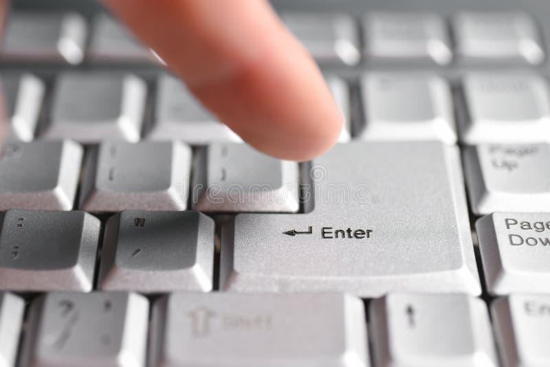 De vingerhand drukt de Enter knoop op het toetsenbord, close-up royalty-vrije stock foto