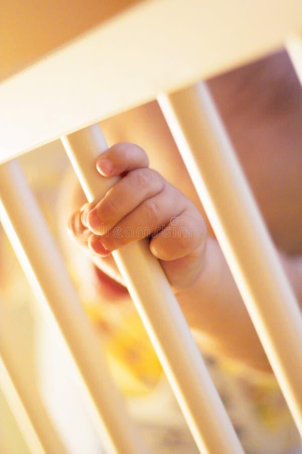 De vingers van de baby op voederbak royalty-vrije stock foto