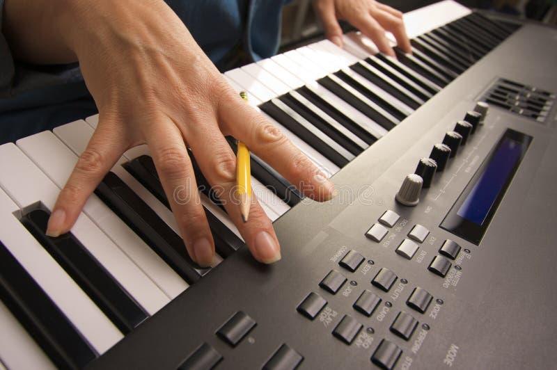 De Vingers van de vrouw op de Digitale Sleutels van de Piano royalty-vrije stock foto's