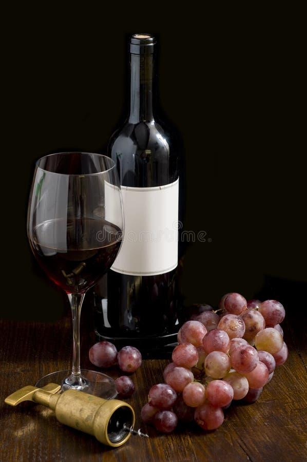 De vino rojo todavía de la botella vida foto de archivo libre de regalías