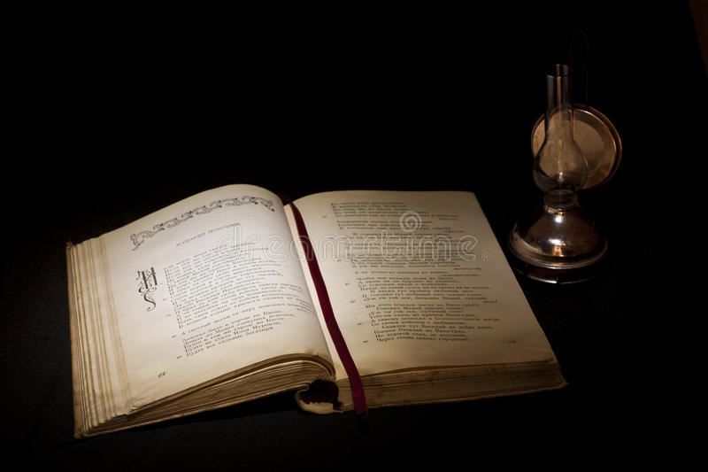 De vintage toujours la vie avec le vieux livre ouvert image libre de droits