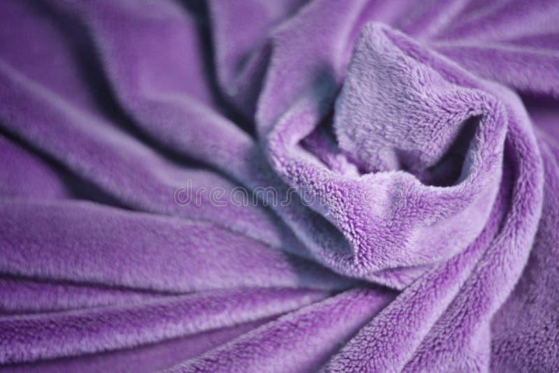 De violette bontdeken van de vachtstof met heel wat vouwenhulp royalty-vrije stock afbeeldingen