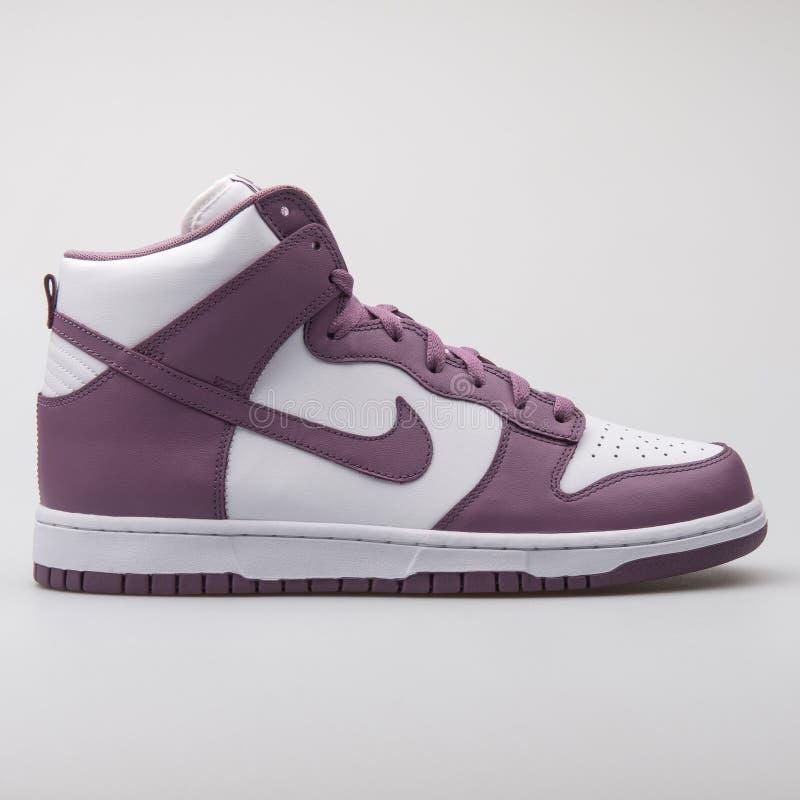 De violette en witte tennisschoen van Nike Dunk Retro stock foto's