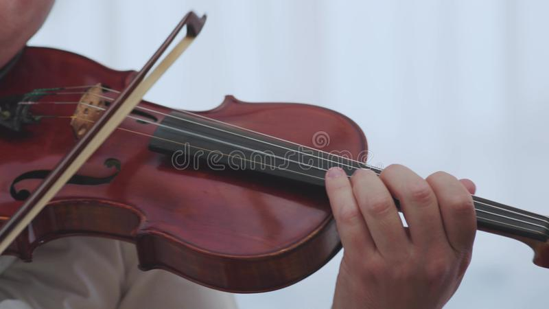 De violisthand van het viool muzikale instrument Het klassieke de muziek van het musicusorkest spelen royalty-vrije stock afbeeldingen
