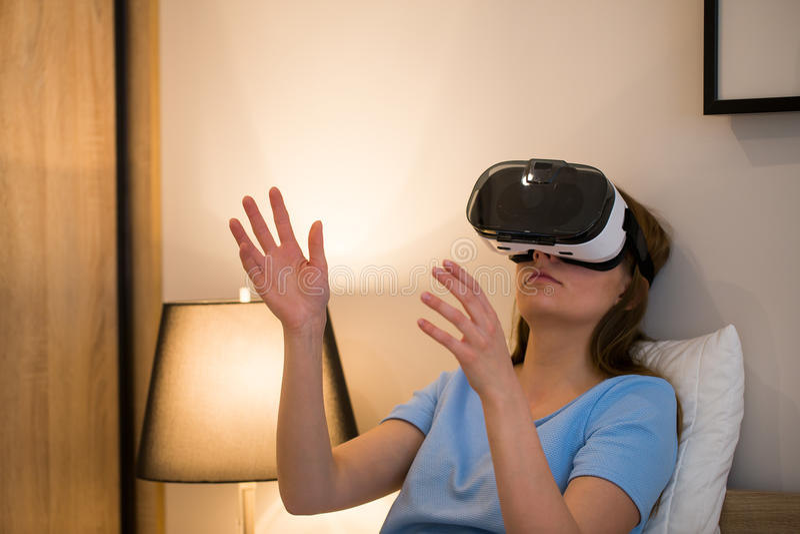 De virtuele concepten van de de beschermende brillenhoofdtelefoon van vrglazen royalty-vrije stock foto's