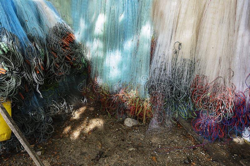 De visnetten hangen door het overzees stock afbeelding