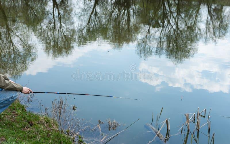 De vissen van vissersvangsten stock afbeeldingen